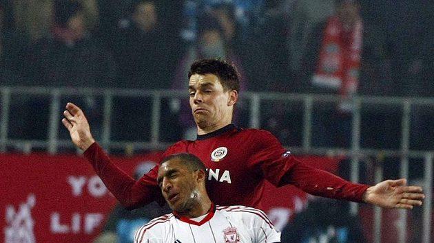 Sparťan Ondřej Kušnír (nahoře) v soboji s Davidem Ngogem z Liverpoolu.