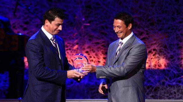 František Kaberle (vpravo) předává cenu bratrovi Tomášovi