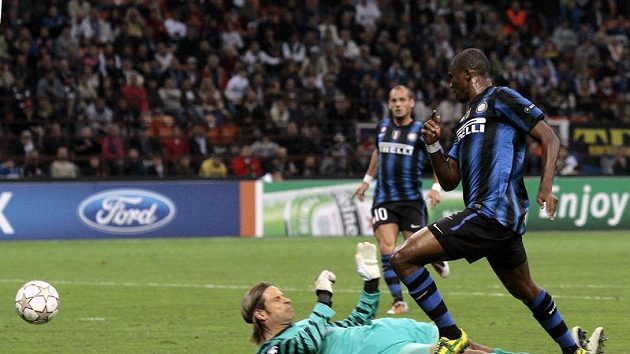 Samuel Eto'o i Interu Milán překonává brankáře Werderu Brémy Tima Wieseho.