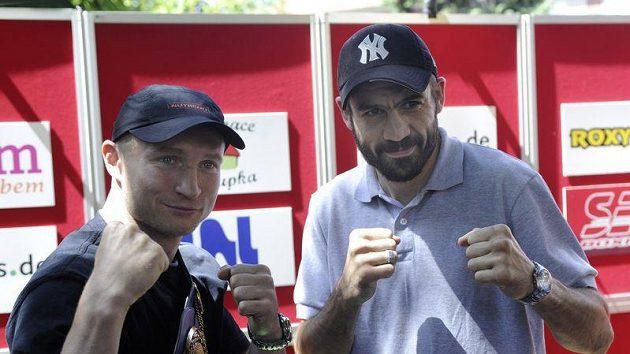 Profesionální boxer Lukáš Konečný (vlevo) před jeho zápasem o titul mistra Evropy v lehké střední váhové kategorii s Husseinem Bayramem (vpravo) z Francie.