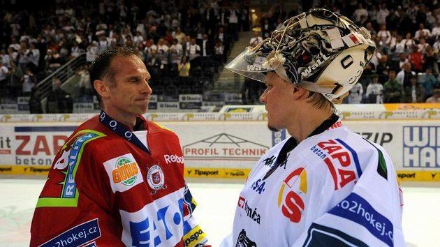 Dominik Hašek (vlevo) přijímá gratulace k postupu od brankáře Liberce Leinonena.