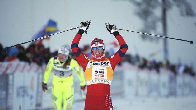 Norská běžkyně na lyžích Marit Björgenová se raduje z vítězství.