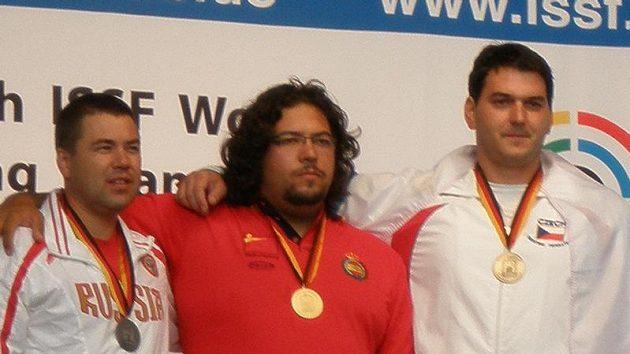 Mistr světa v trapu Španěl Alberto Fernandez (uprostřed) a bronzový Jiří Lipták (vpravo) mají dohromady 225 kilogramů živé váhy. Stříbrný Rus Alexej Alipov jen 90 kg.