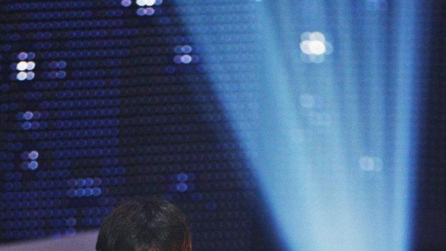 Argentinský fotbalista Lionel Messi s cenou pro vítěze ankety FIFA pro nejlepšího fotbalistu roku 2009.