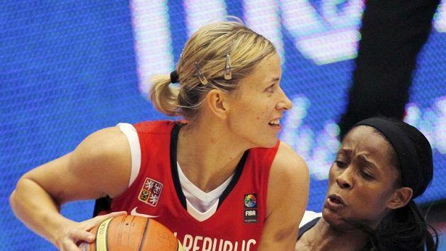 Česká basketbalistka Ivana Večeřová (vlevo) ve finále mistrovství světa v Karlových Varech.