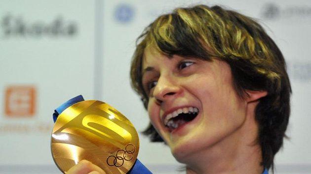 Rychlobruslařka Martina Sáblíková se zlatou medailí z trati na 3000 metrů z OH ve Vancouveru