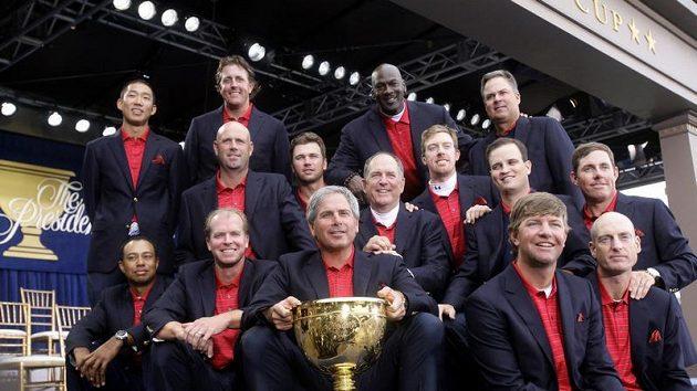 Američtí golfisté se radují ze zisku Presidents Cupu.
