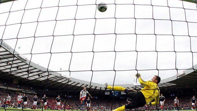 Michal Kadlec proměňuje penaltu, skotský brankář Allan McGregor na ni neměl nárok...