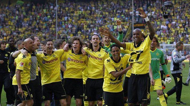 Fotbalisté Borussie Dortmund se radují ze zisku titulu v bundeslize.