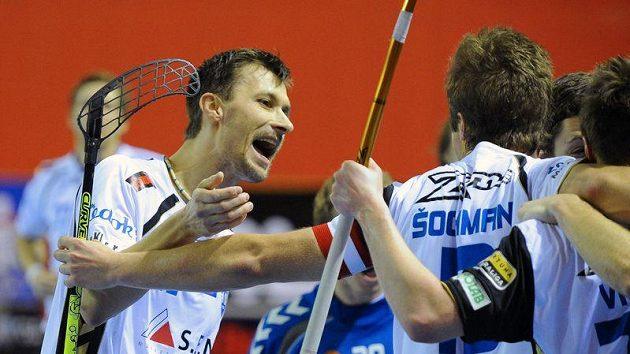 Radim Cepek (vlevo) oslavuje jednu z branek Chodova v duelu s Tatranem Střešovice.