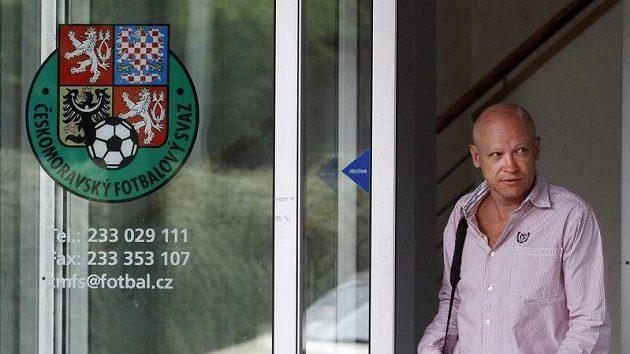 Šéf českého fotbalu Ivan Hašek vychází ze strahovského sídla ČMFS.