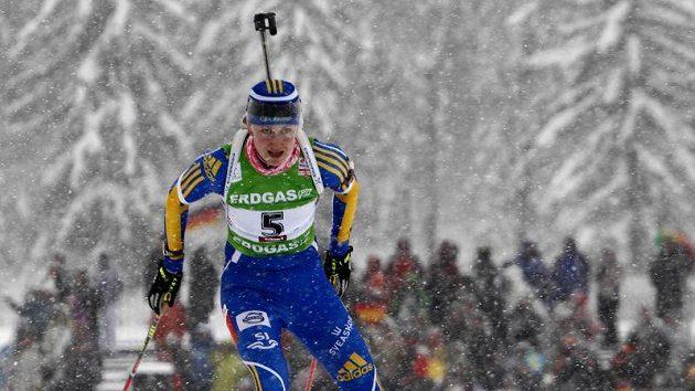 Helena Ekholmová ze Švédska si jede ve stíhacím závodě v Hochfilzenu pro prvenství.
