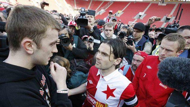 Kapitán fotbalistů Slavie Karol Kisel (vpravo) a zástupce fanoušků při protestu v Edenu