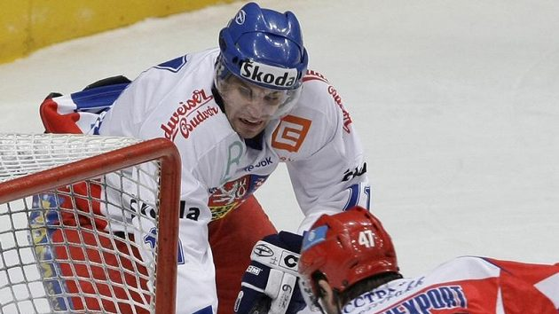 Hokejista Petr Hubáček v souboji s ruským forvardem Alexandrem Radulovem