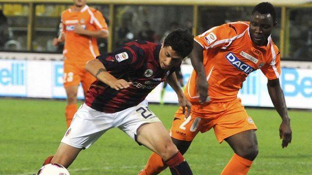 Asamoah Kwadwo z Udinese (vpravo) brání Damiana Gimeneze z Boloni.