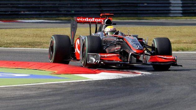 Jezdec Lewis Hamilton s vozem McLaren Mercedes na okruhu v italské Monze