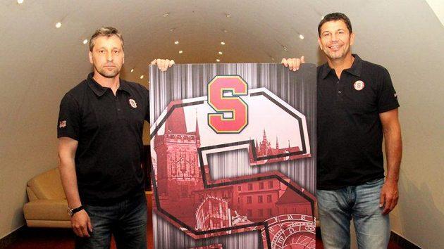 Trenéři hokejové Sparty Josef Jandač (vlevo) a Richard Žemlička