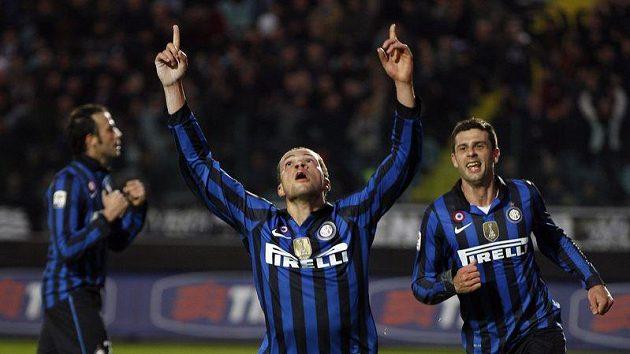 Fotbalista Interu Milán Luc Castaignos oslavuje svůj gól proti Sieně