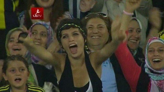 Na stadionu Fenerbahce to vypadalo jako v Sexmisi, přišly samé fanynky