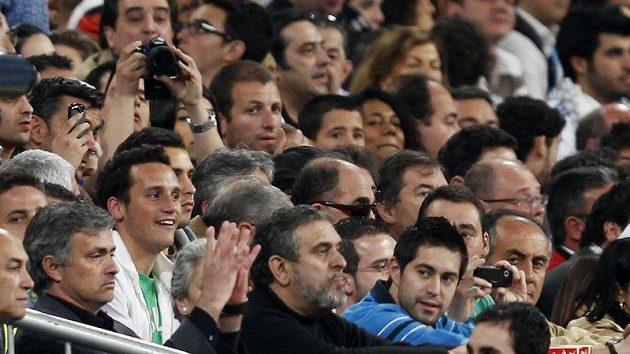 Protestující Jose Mourinho byl za trest z lavičky posazen za mříže mezi diváky.
