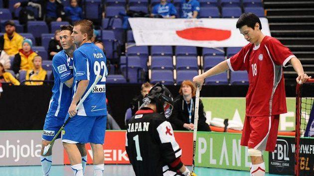 Radek Sikora a Ondřej Fojta se radují z gólu do sítě Japonců.