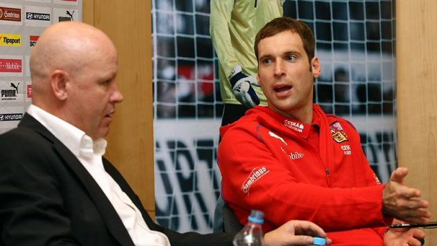 Žádné obavy, trenére. Ještě nikdy se mně nestalo, abych s nároďákem v nějaké kvalifikaci neuspěl, jako by uklidňoval kouče reprezentace Ivana Haška (vlevo) kapitán národního mužstva Petr Čech.