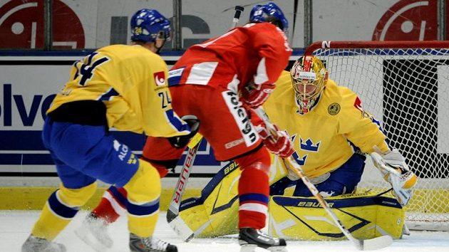 Český útočník Lukáš Kašpar (v červeném) překonává švédského brankáře Jacoba Markströma.