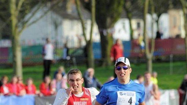Ondřej Polívka (vpravo) při finiši běžecké části moderního pětiboje.