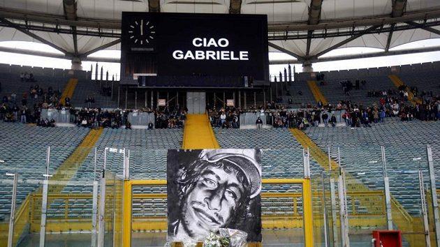Květiny u portrétu zastřeleného fanouška Lazia Řím Gabriele Sandriho