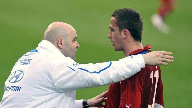 Trenér české reprezentace do 21 let Jakub Dovalil udílí pokyny Tomáši Pekhartovi v přípravném utkání proti Bělorusku.
