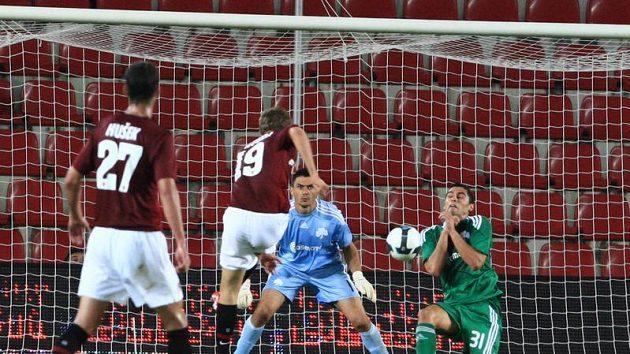 Luboš Kalouda ze Sparty (č. 19) střílí gól do sítě Panathinaikosu Atény ve 3. předkole Ligy mistrů.