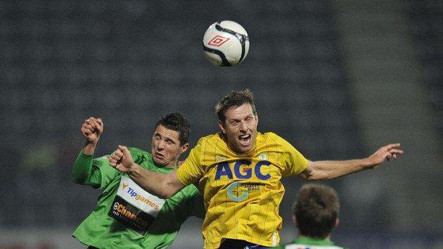 Pavel Eliáš (vlevo) z Jablonce a Štěpán Vachoušek z Teplic ve vzdušném souboji v dohrávce 12. kola Gambrinus ligy.