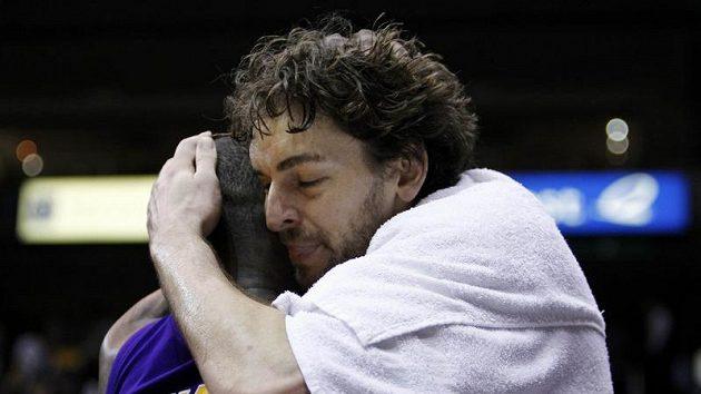 Dvě superstar Los Angeles. V objetí Pau Gasol a Kobe Bryant.