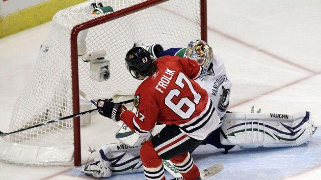 Michael Frolík z Chicaga dává gól brankáři Vancouveru Cory Schneiderovi.