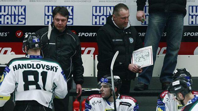 Trenér Jiří Šejba (vpravo) na ilustračním snímku ještě na střídačce hokejistů Mladé Boleslavi, vlevo Luděk Bukač mladší.