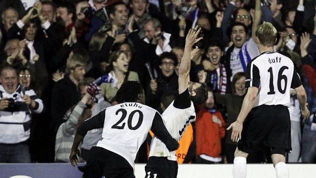 Zoltán Gera z Fulhamu (uprostřed) se raduje se spoluhráči z branky.