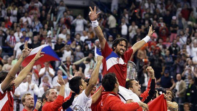 Janko Tipsarevič (na ramenech spoluhráčů) se stal srbským národním hrdinou.