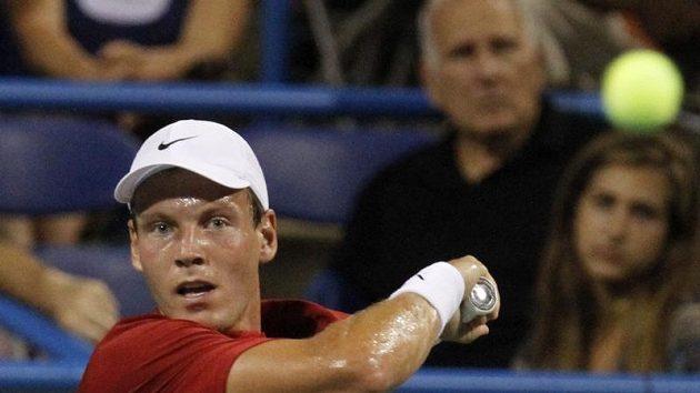Tomáš Berdych při utkání s Dmitrijem Tursunovem na turnaji ve Washingtonu.