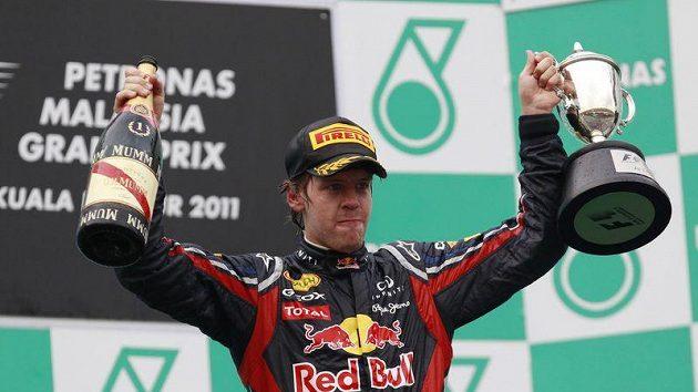 Pilot stáje Red Bull Sebastian Vettel se raduje z vítězství v GP Malajsie.