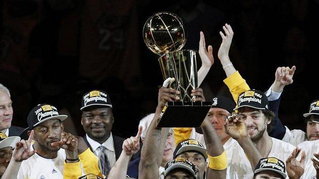 Basketbalisté Los Angeles Lakers se radují z vítězství v NBA za ročník 2009/10.