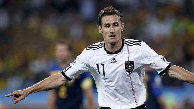 Německý útočník Miroslav Klose se raduje z branky