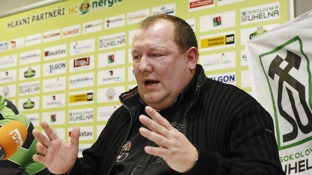 Majitel Karlových Varů Karel Holoubek na tiskové konferenci.
