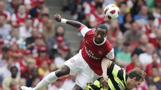 Johan Djourou z londýnského Arsenalu vyhrál hlavičkový souboj s Mortenem Rasmussenem z Celtiku Glasgow.
