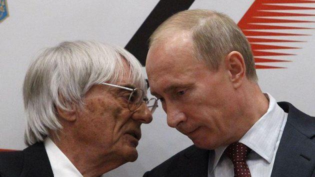 Bernie Ecclestone a Vladimír Putin po podpisu smlouvy.