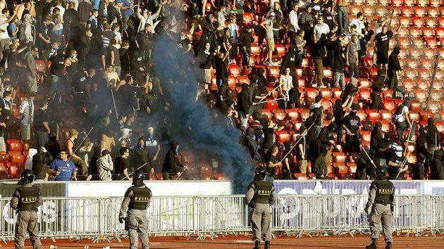 Sektor fanoušků Grasshopper Curych se při městském derby s FC změnil ve válečnou zónu.