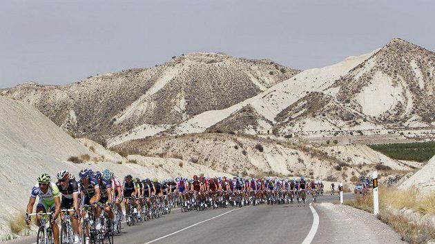 Peloton cyklistů v horské etapě na Vueltě.