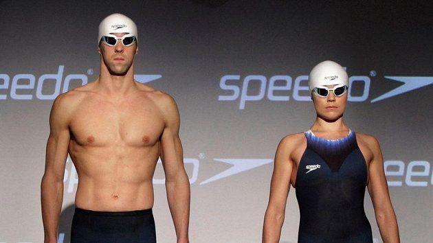 Michael Phelps s Natalií Coughlinovou v nových plavkách pro olympijské hry.