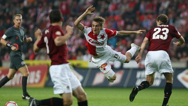 Slávista Milan Černý (uprostřed) letí vzduchem při pražském derby se Spartou.