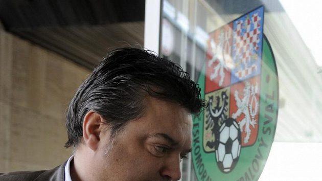 Šéf střížkovského fotbalového klubu Bohemians Praha Karel Kapr přichází na mimořádné zasedání disciplinární komise.