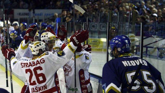 Hokejisté Slavie oslavují branku vstřelenou na ledě Kladna, vpravo jejich radost sleduje domácí obránce Jaroslav Nedvěd.